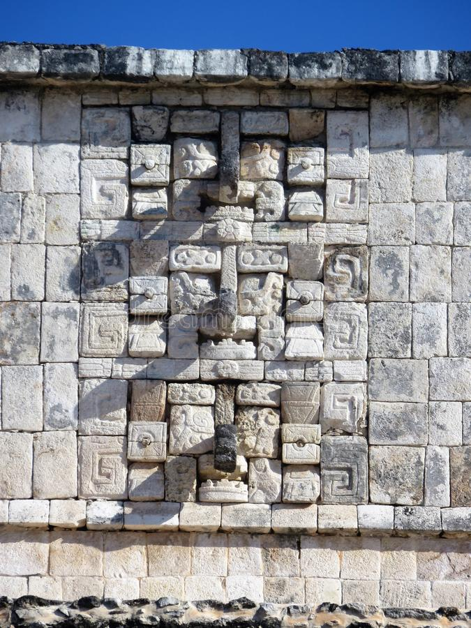 De muur chichen binnen itza Mexico met masques en rotsen royalty-vrije stock afbeelding