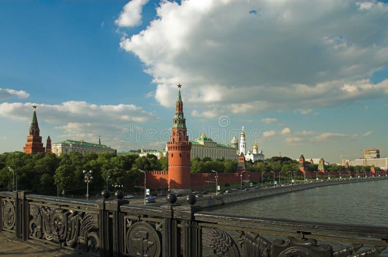 De muur en de brug van Moskou het Kremlin onder de rivier van Moskou royalty-vrije stock afbeelding