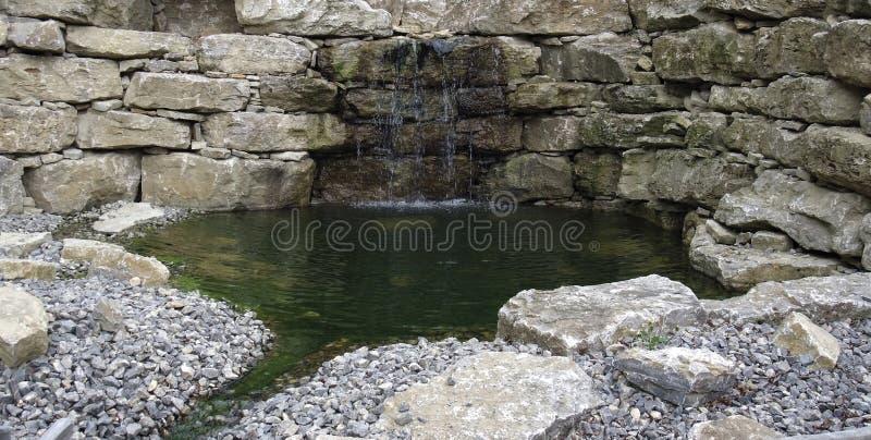 De muur en de vijverdetail van de steen royalty-vrije stock fotografie