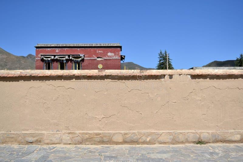 De muur en het huis erachter Plaats: rond Labrang Monaster royalty-vrije stock foto's