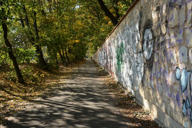 De Muur en de weg rond koninklijke zda van parkhvä› in Praag stock foto