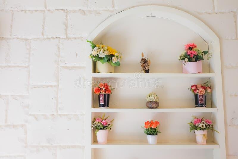 De muur met vensters en bloem stock foto