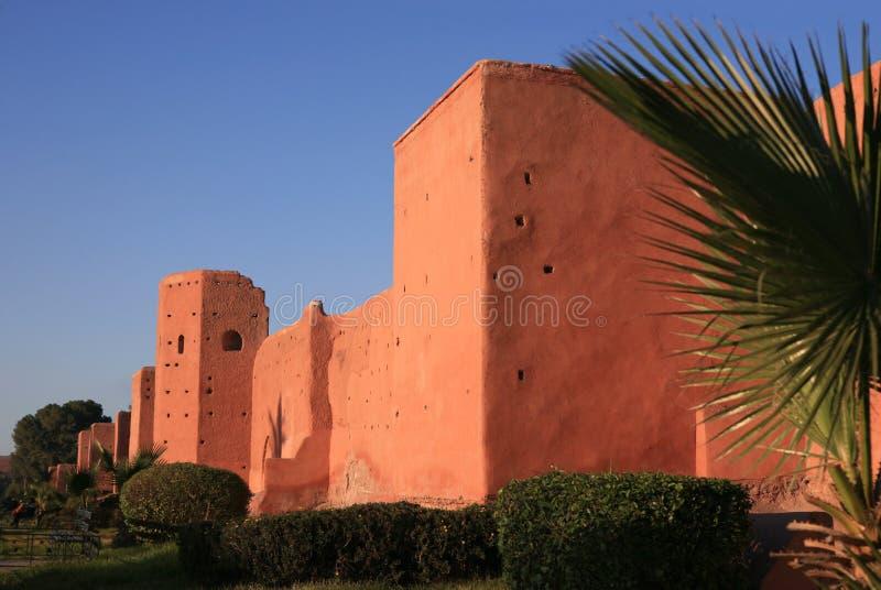 De muur van de stad in Marrakech stock afbeelding