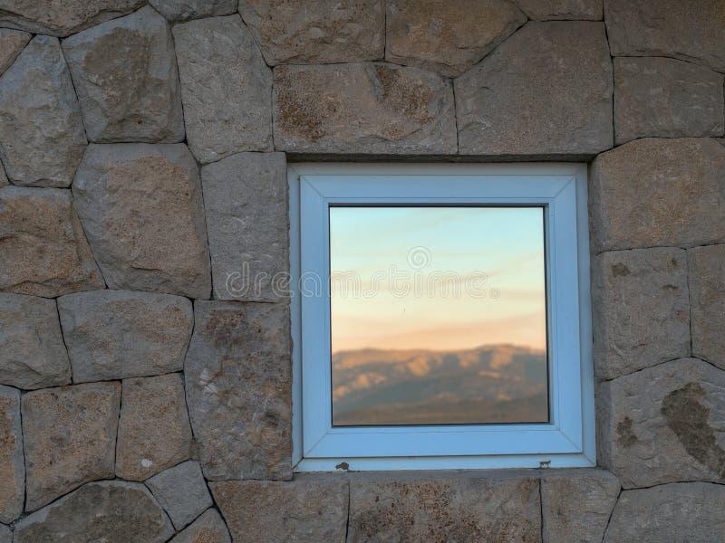 De muur van de steen met venster royalty-vrije stock afbeeldingen