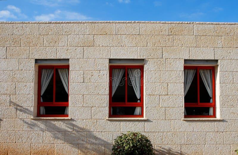Download De Muur Van De Steen Van Het Huis Met Drie Vensters Stock Afbeelding - Afbeelding bestaande uit frame, huis: 10782287