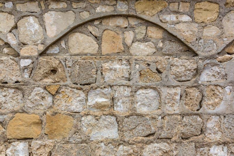 De Muur van de steenopdracht met Boog stock afbeelding