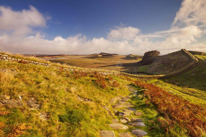 De Muur van Hadrian, dichtbij Housesteads-Fort in vroeg ochtendlicht royalty-vrije stock afbeeldingen