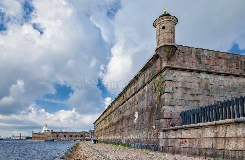 De muur van het Gosudarev-bastion van de Peter en van Paul vesting royalty-vrije stock fotografie