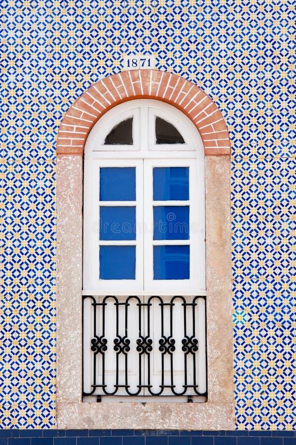 De muur van het huis met venster stock afbeeldingen