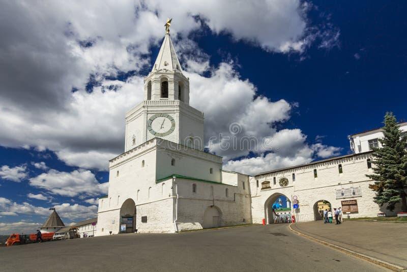 De muur van het Kremlin en Spasskaya-toren met de poortkerk in Kazan het Kremlin, Kazan, Republiek Tatarstan, Rusland stock afbeelding