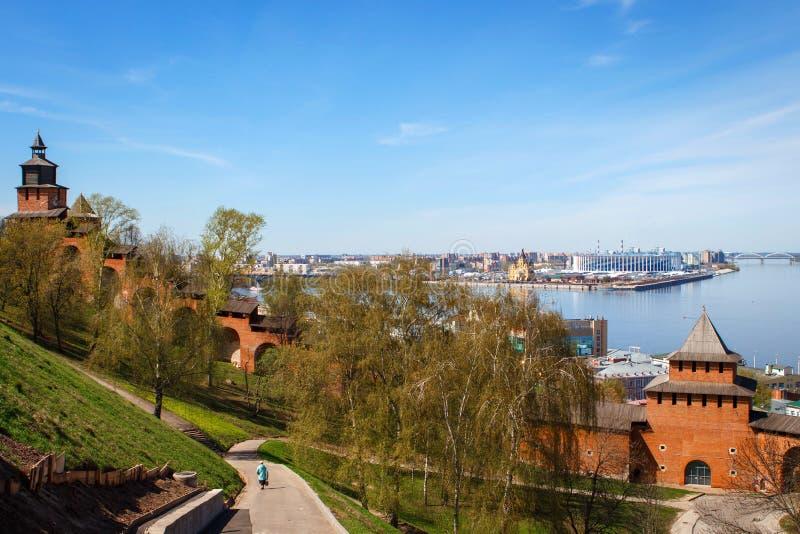 De muur van het Kremlin in Nizhny Novgorod wordt gemaakt van rode baksteen stock fotografie