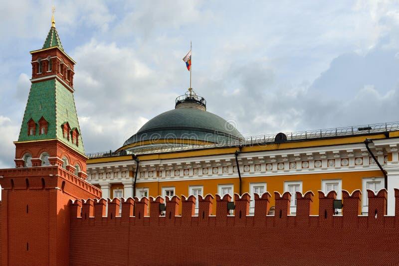 De muur van het Kremlin, toren en Russische vlag bij de Senaatsbouw moskou royalty-vrije stock afbeeldingen