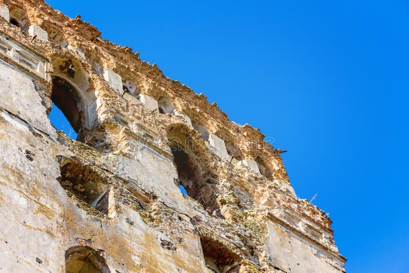De muur van het oude geruïneerde kasteel De ruïnes van een middeleeuwse fortr stock foto's