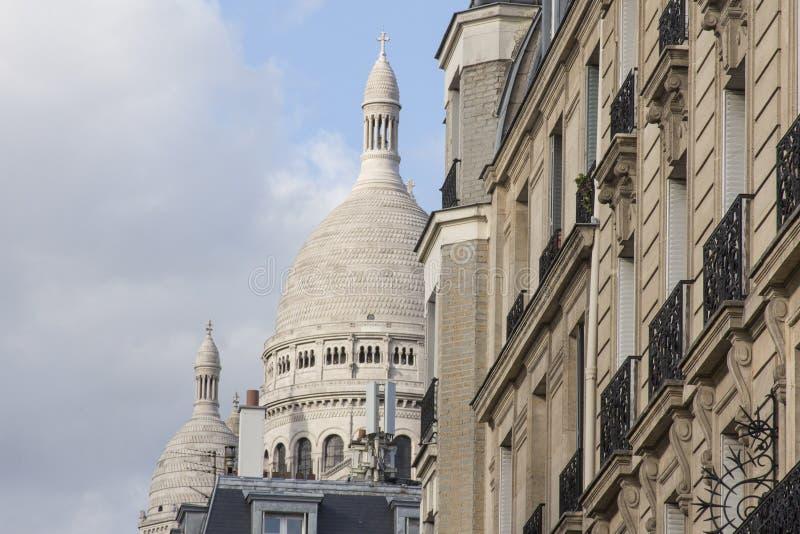 De muur van het oude huis en de koepel van sacré-Coeur in Parijs royalty-vrije stock fotografie