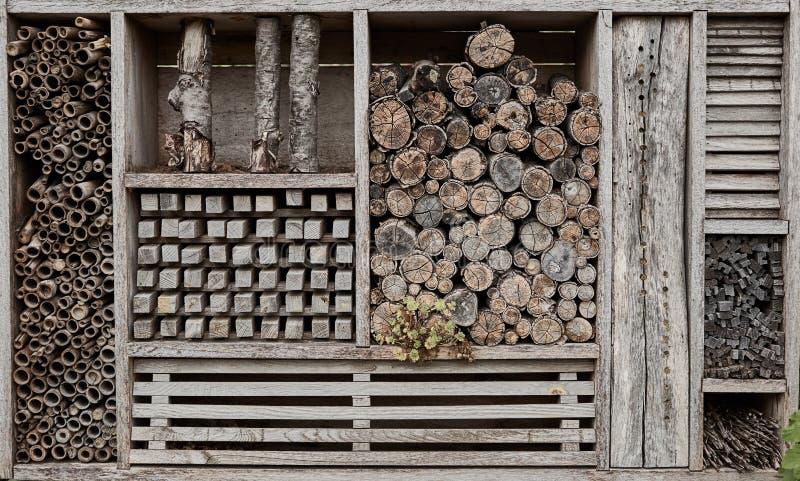 De muur van houten spaanders en logboeken stapelde opgestapeld stock foto