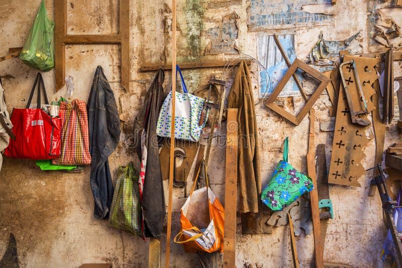 De muur van de timmerwerkworkshop met talrijke gemengde punten die van haken met een waaier van kleuren en texturen hangen royalty-vrije stock foto's
