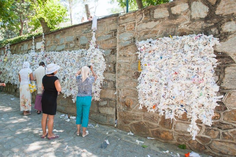 De muur van wens, mensen hangt nota's het vragen royalty-vrije stock foto's
