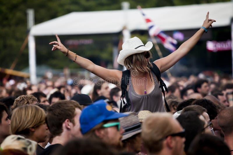 De Muziek & Art Festival Girl And Crowd van Hongarije Sziget royalty-vrije stock afbeeldingen