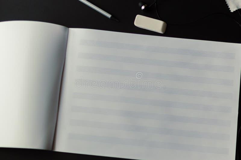 De muziek neemt nota van schrijvende componist die musicusart. creëren stock foto's