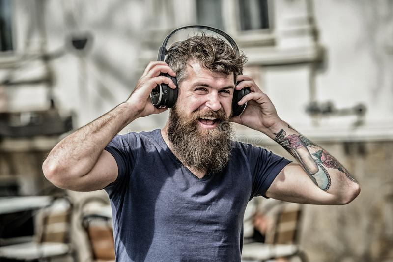 De muziek sloeg voor energieke stemming Ritme voor gang De hoofdtelefoons van mensen gebaarde hipster het luisteren muziek Hipste stock foto's