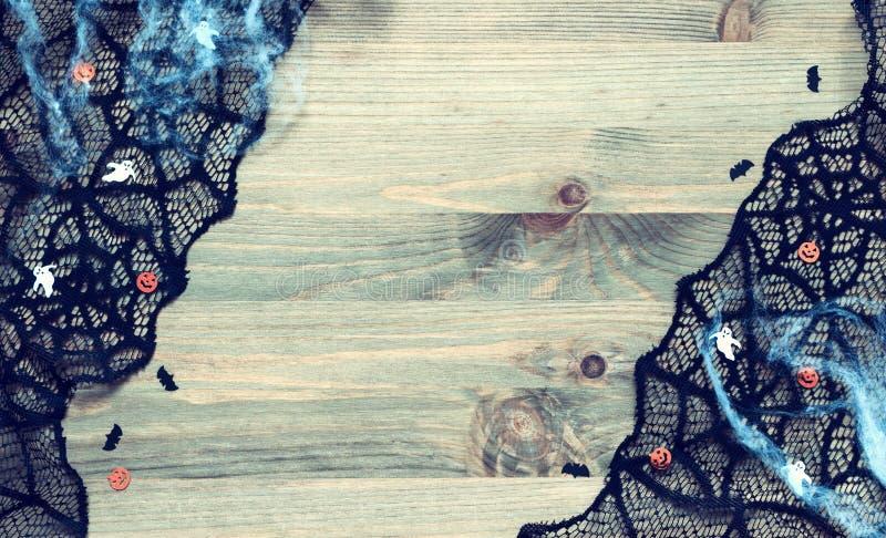 De muziek van de nacht Spinneweb, zwarte spinnewebkant en decoratie de symbolen van Halloween op de houten achtergrond stock foto's