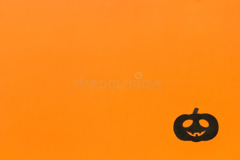 De muziek van de nacht Zwarte document pompoen op oranje achtergrond royalty-vrije stock foto