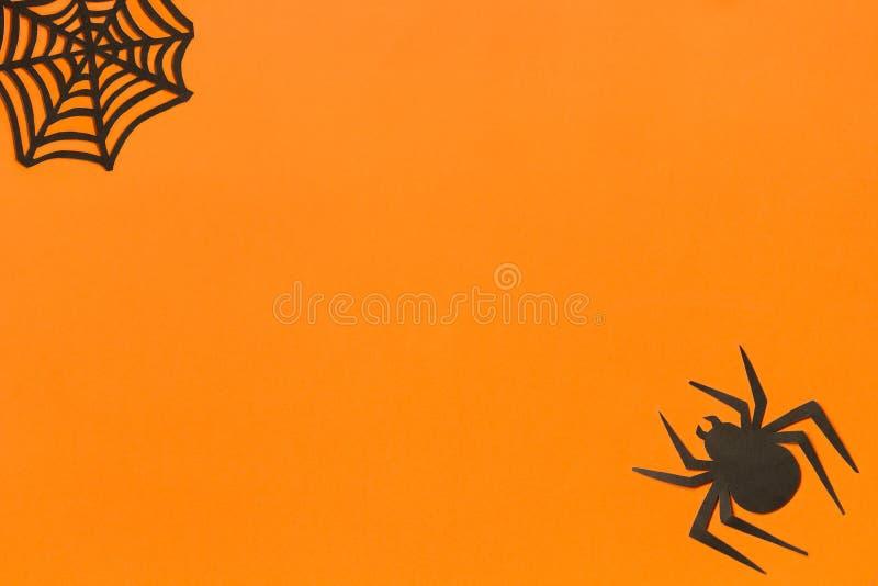 De muziek van de nacht Zwarte document spin en spiderweb op oranje achtergrond stock fotografie