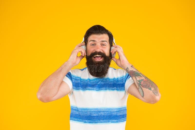 De Muziek van de zomerplaylist voor de zomervakantie Mensen gebaarde hipster met snor lange baard het luisteren liedhoofdtelefoon royalty-vrije stock foto