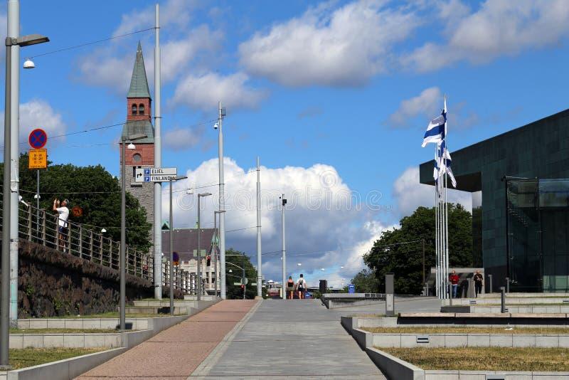De Muziekcentrum Musiikkitalo van Helsinki en het Nationale Museum van Finland Kansallismuseo tijdens Sunny Summer Day royalty-vrije stock afbeelding
