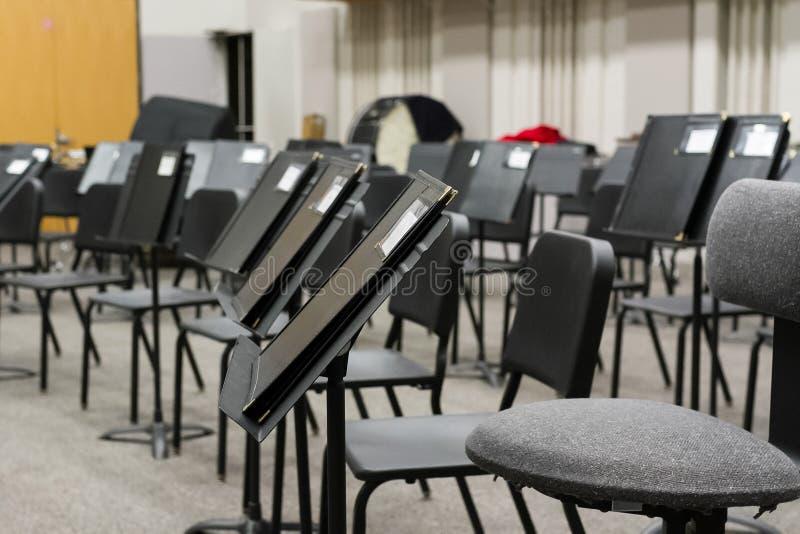 De muziekleraar heeft het klaslokaal voor de volgende klasse voorbereid stock fotografie