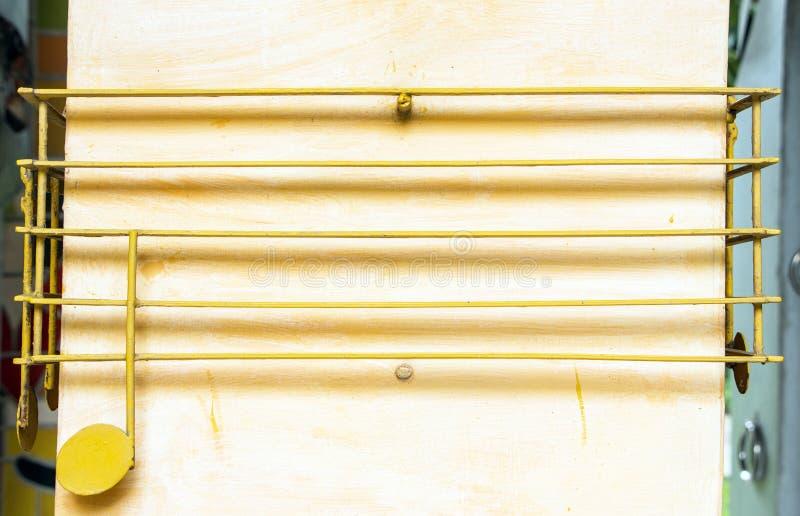 De muzieknoten maakten aan verticale staalkolommen vast royalty-vrije stock foto