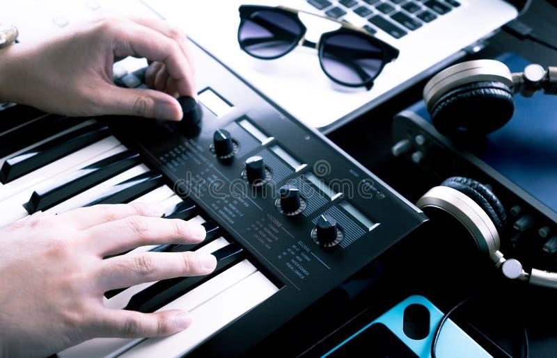 De muziekproducent produceert op synthesizertoetsenbord royalty-vrije stock afbeelding