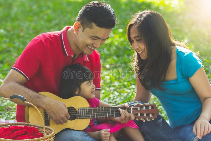 De muzikale familie zingt samen stock afbeeldingen