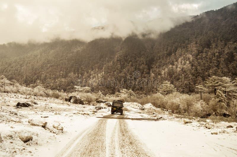 De mysticussneeuw behandelde bosweg die door weelderig gebladerte, van Sonmarg tot Gulmarg aan Srinagar, Pahalgam, in Kashmir lei royalty-vrije stock foto
