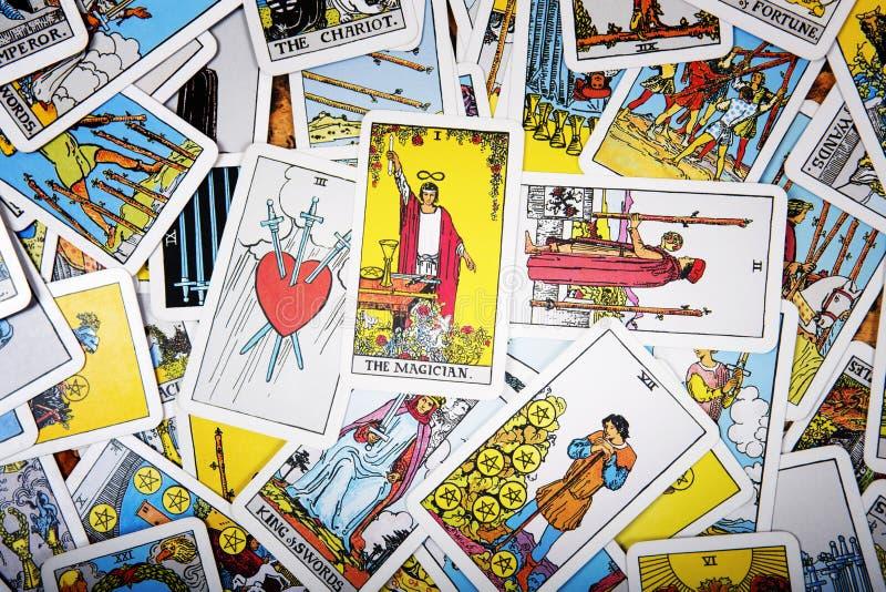 De mystieke achtergrond van tarotkaarten Hogere kaarttovenaar royalty-vrije stock fotografie