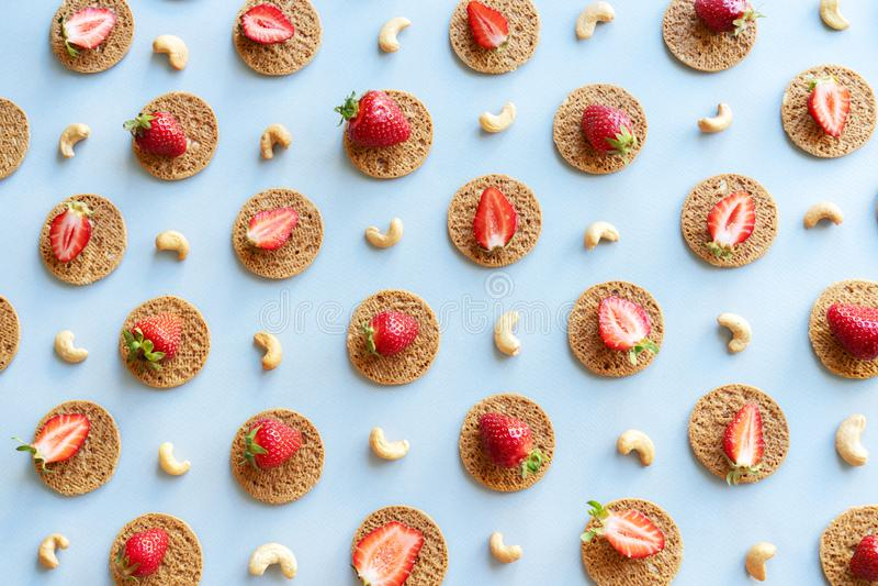 De naadloze patroonvlakte legt aardbeien en koekjes royalty-vrije stock fotografie