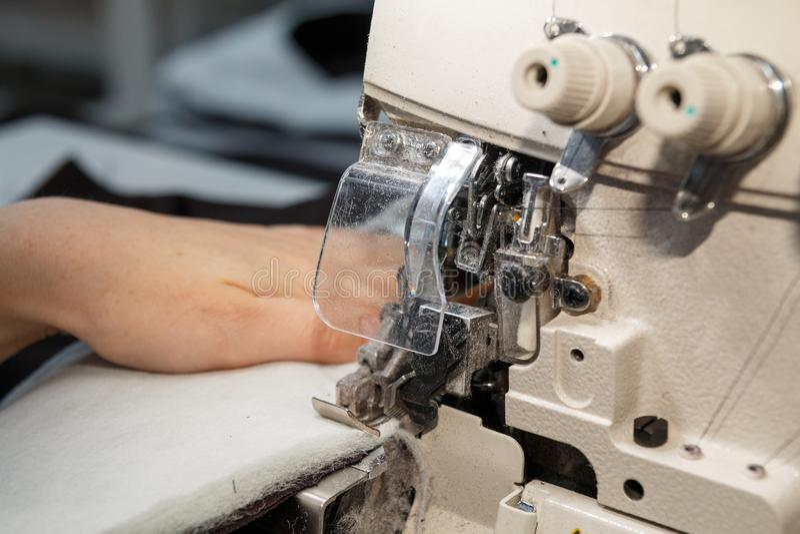 De naaimachine en het punt van kleding stock fotografie