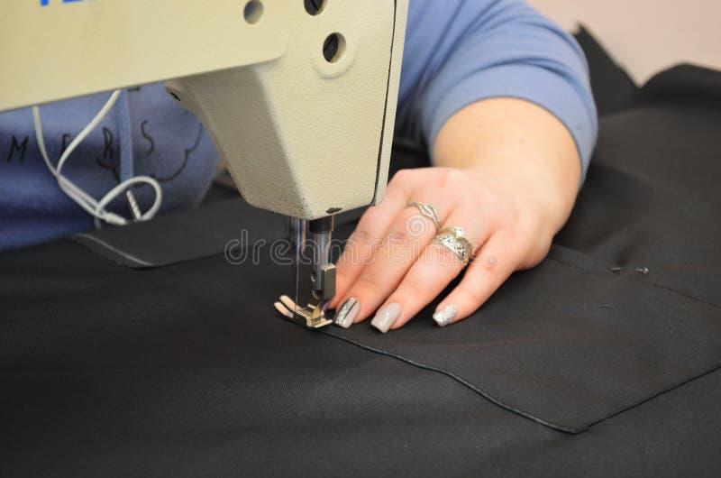 De naaister naait stof voor eenvormig royalty-vrije stock fotografie