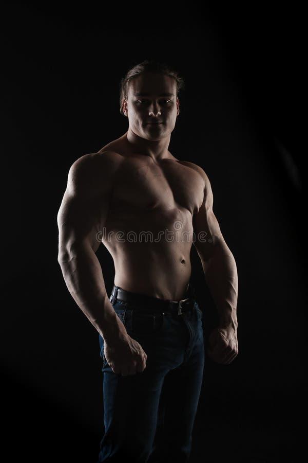 De naakte atleet van de torso mannelijke bodybuilder met lang blond haar in studio royalty-vrije stock afbeelding