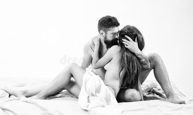 De naakte omhelzing van paarminnaars of geknuffel in bed Kunst van verleiding Hipster verleidt aantrekkelijk meisje wens en verle stock afbeelding