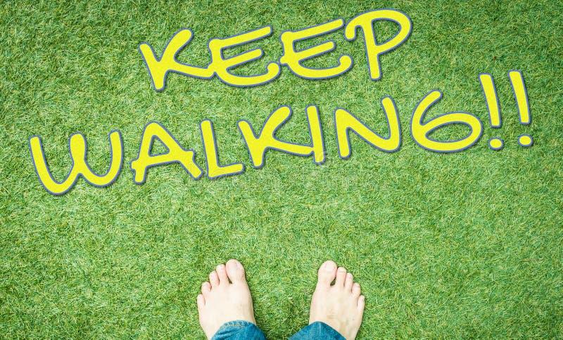 De naakte voeten op gras houden lopend stock foto