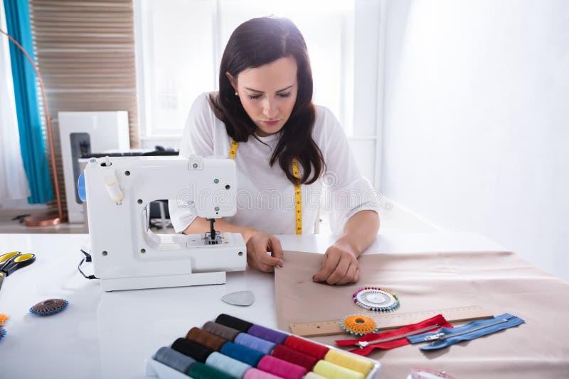 De Naald van Sewing Fabric With van de manierontwerper royalty-vrije stock afbeeldingen