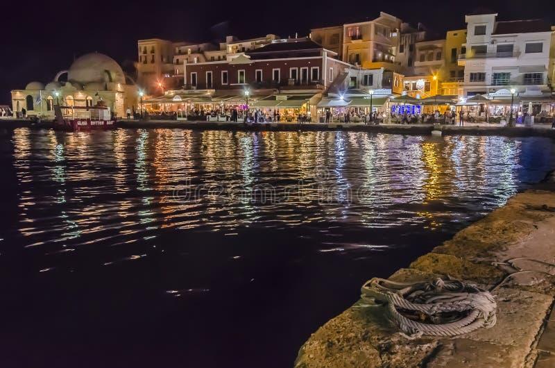De nacht in de oude venecianhaven van Chania, Kreta stock afbeelding