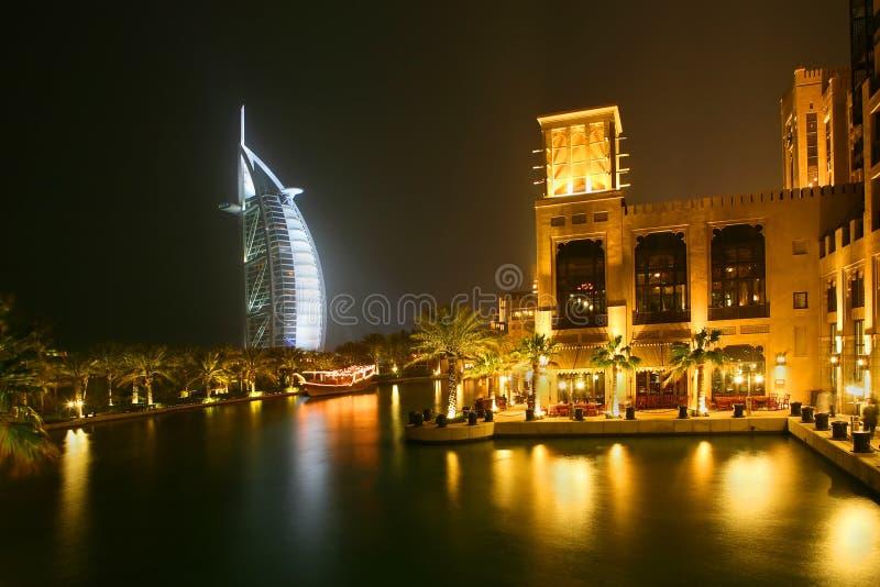 De nacht in Doubai stock foto's