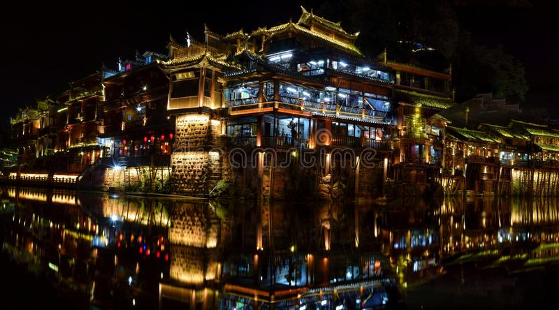 De nacht in Fenghuang-stad, de mooiste oude stad in China royalty-vrije stock fotografie