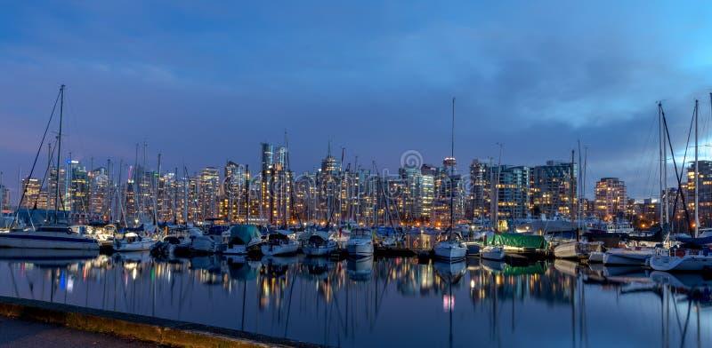 De nacht lichte meningen van Vancouver met bezinning royalty-vrije stock afbeelding