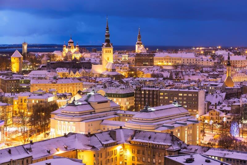 De nacht luchtlandschap van de winter van Tallinn, Estland stock foto's