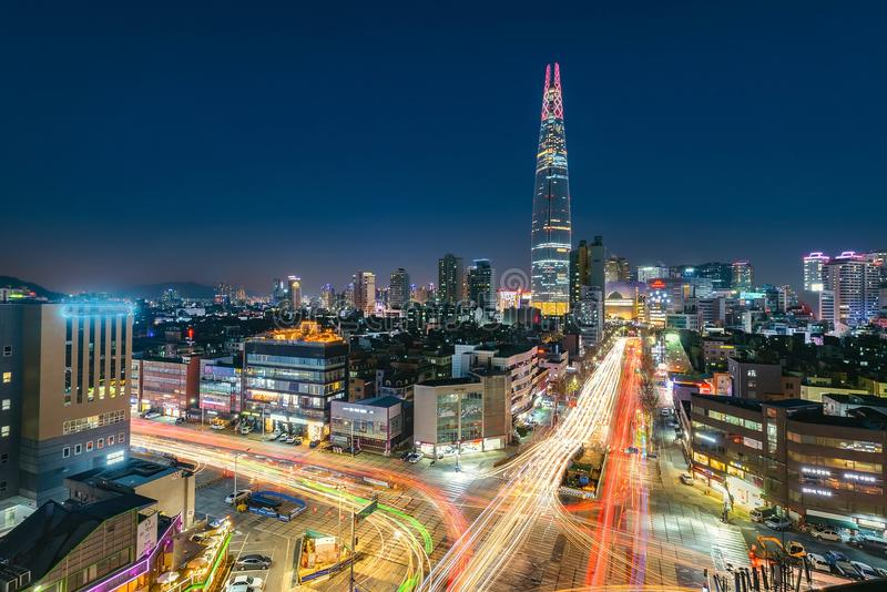 De nacht steekt stad bij de wandelgalerij Seoel Korea van de lottewereld aan stock afbeelding