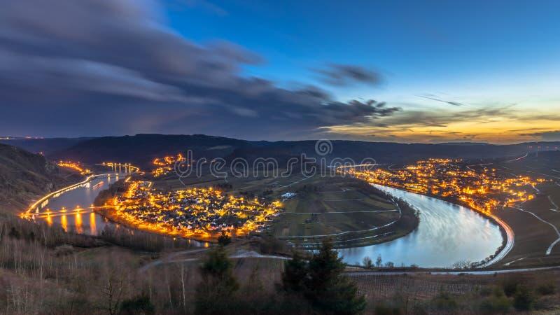 De nacht valt over de riviervallei van Moezel stock afbeelding