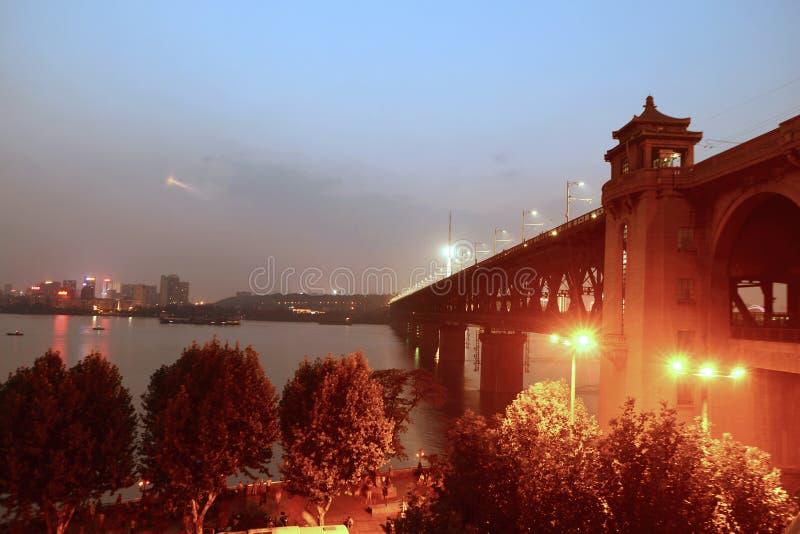 De nacht van de de Rivierbrug van Wuhanyangtze stock foto's